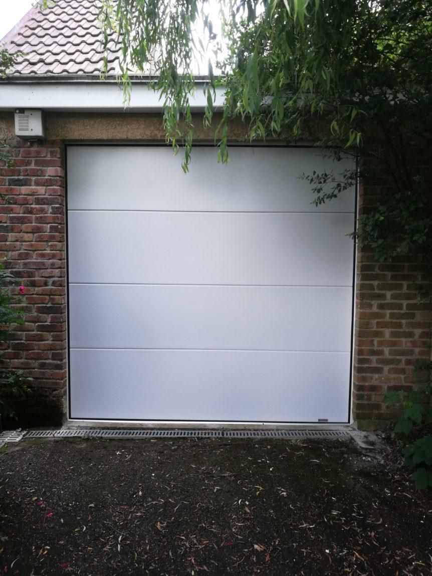 Installation d 39 une porte de garage sectionnelle motoris e dans les yvelines 78 novatis france - Installation porte de garage sectionnelle ...
